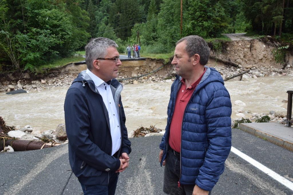 LR Josef Schwaiger und Bgm. Karl Huemer (Rußbach) beim Lokalaugenschein nach dem..