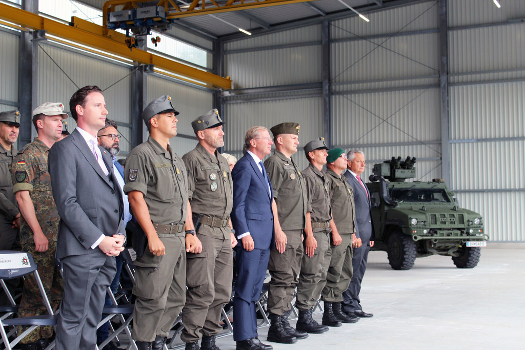 LH Wilfried Haslauer (Bildmitte) bei der Kommandoübergabe in der Schwarzenbergka..