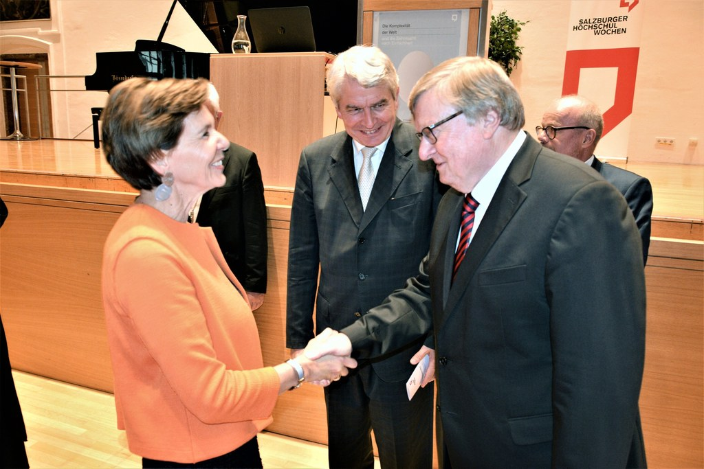 LTP Brigitta Pallauf gratulierte Karl-Josef Kuschel, der mit dem theologischen P..