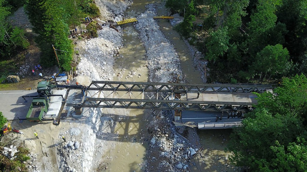 Die Behelfsbrücke ersetzt die zerstörte Neuhausbrücke. Am Montag kann sie wieder..