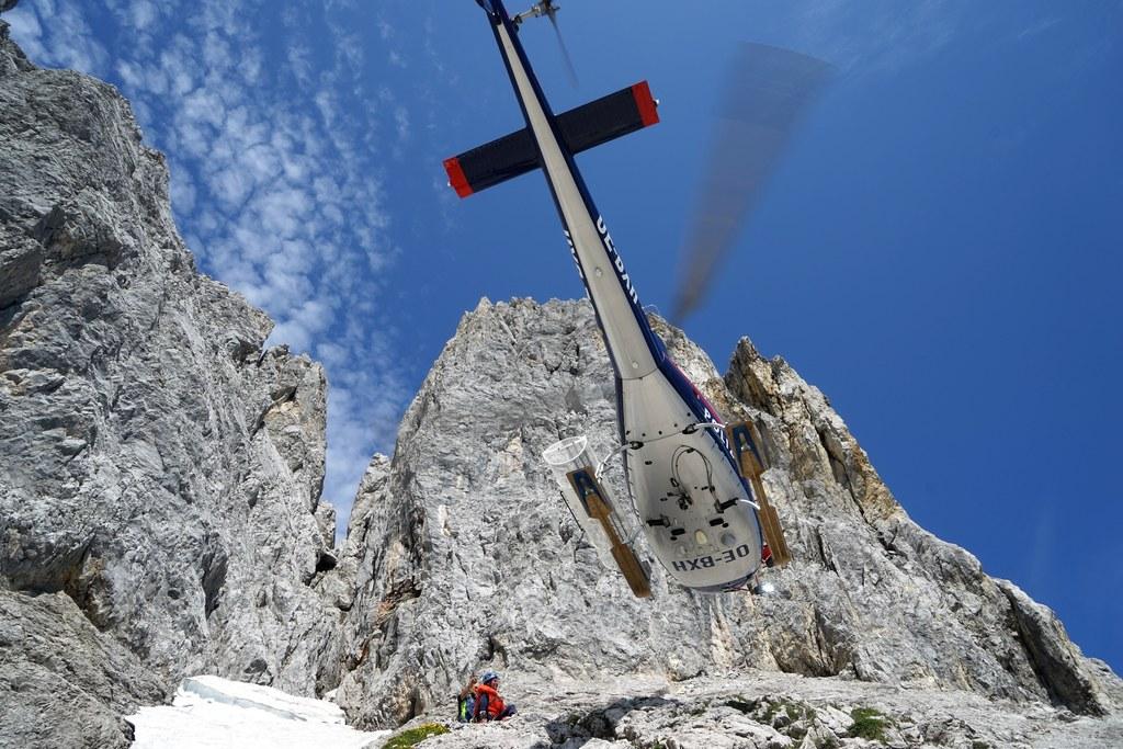 Die Experten ließen sich zur Gefahrenstelle fliegen. Derzeit droht der Felsblock..