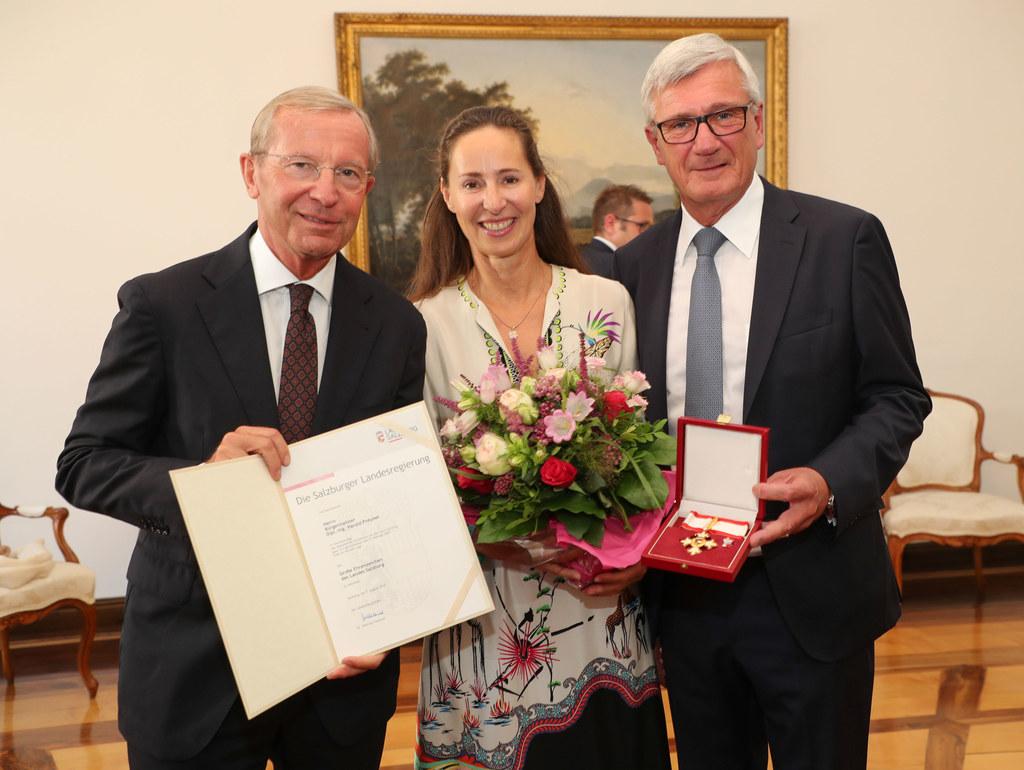 LH Wilfried Haslauer überreichte das Große Ehrenzeichen des Landes Salzburg an B..