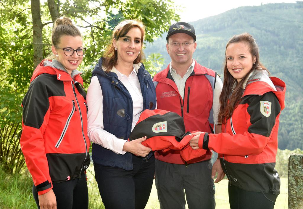LR Maria Hutter übergibt die neuen Einsatzjacken für die Frauen der Berg- und Na..