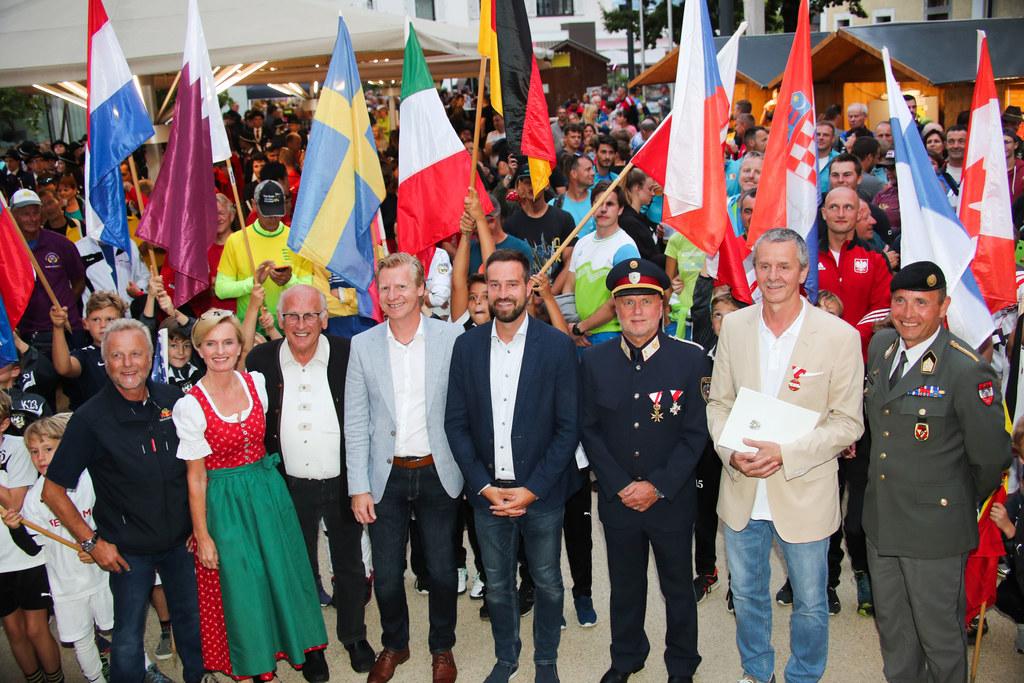 LR Stefan Schnöll eröffnete den Fallschirmspringer-Weltcup in Thalgau.