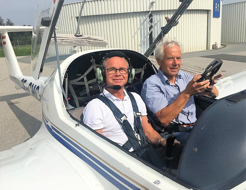 An der Seite von Pilot Reinhard Prosser, Präsident des in Salzburg ansässigen Ös..