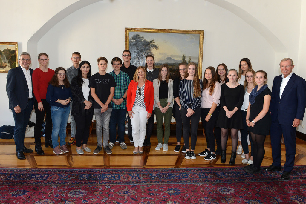 """Begrüßten die 17 """"Neuen"""" im Landesdienst: LR Josef Schwaiger (li.), Ulrike Pfose.."""