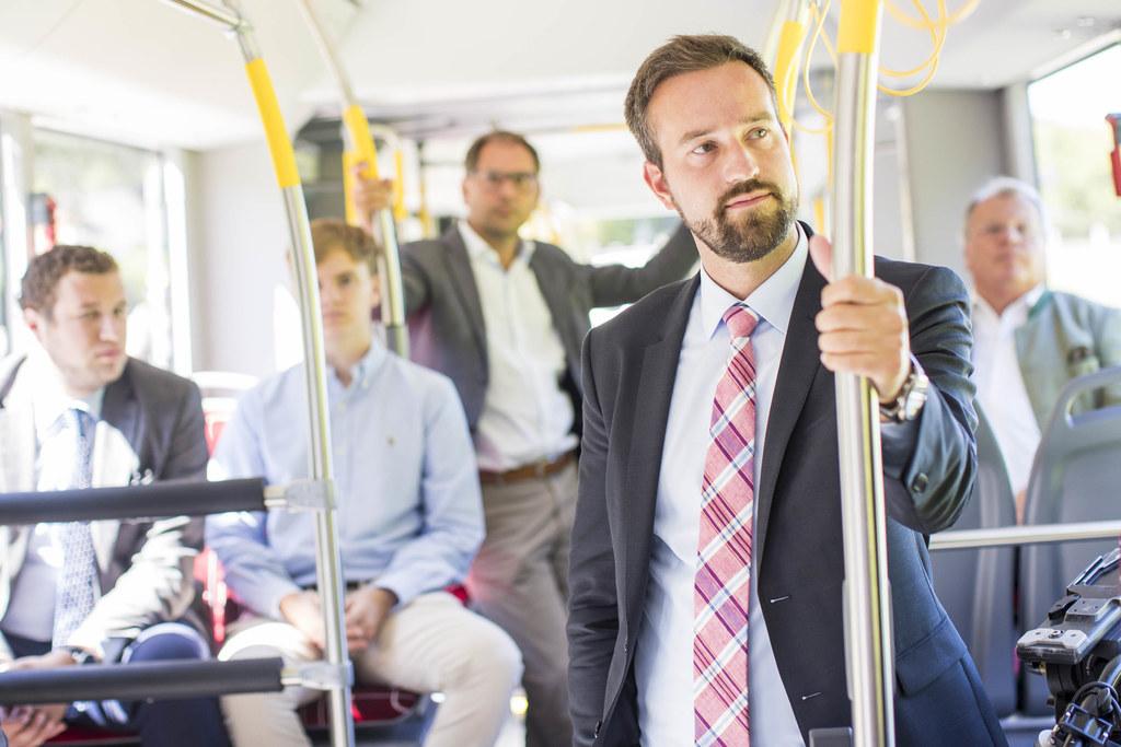 Bei der Premierenfahrt des neuen eObusses auf der Linie 5 mit dabei: LR Stefan Schnöll.