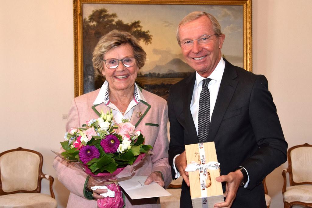 LH Wilfried Haslauer gratulierte Brigitte Katschthaler, der Witwe des früheren L..
