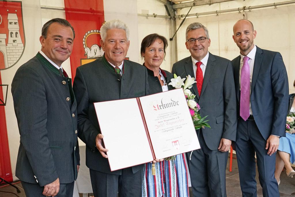 """Altbürgermeister Josef Tagwercher wurde von """"seiner"""" Stadtgemeinde mit der Ehren.."""