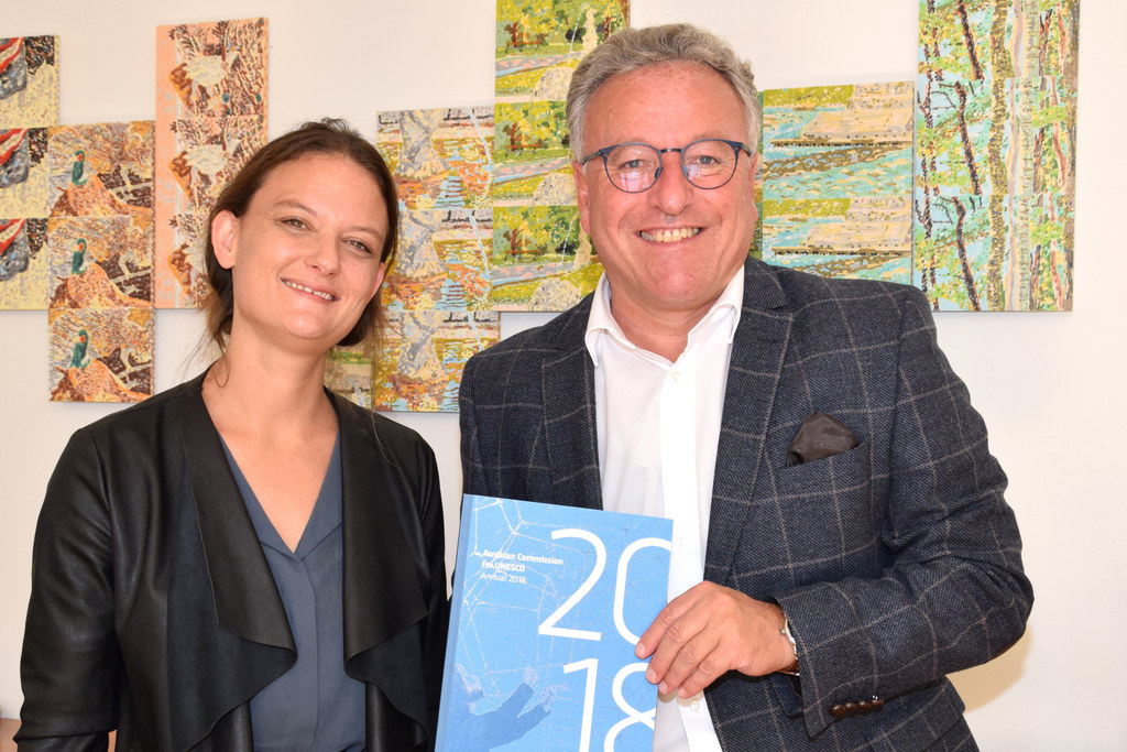 Claudia Isep von der Österreichischen UNESCO-Kommission bei LH-Stv. Heinrich Sch..
