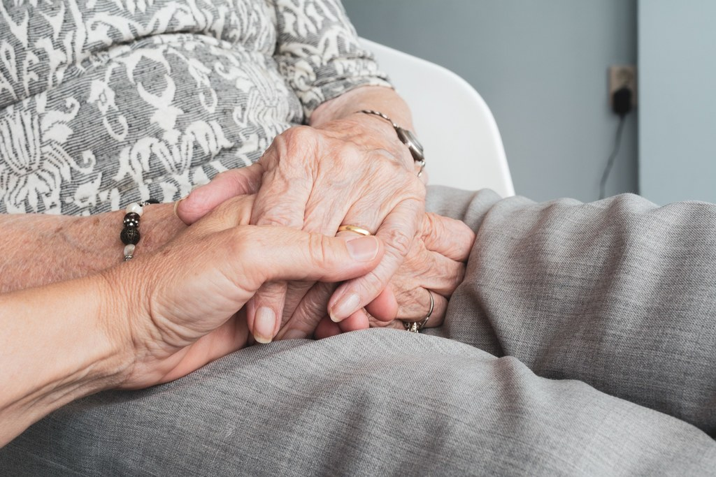 Das Land setzt mehr Geld für pflegende Angehörige ein.