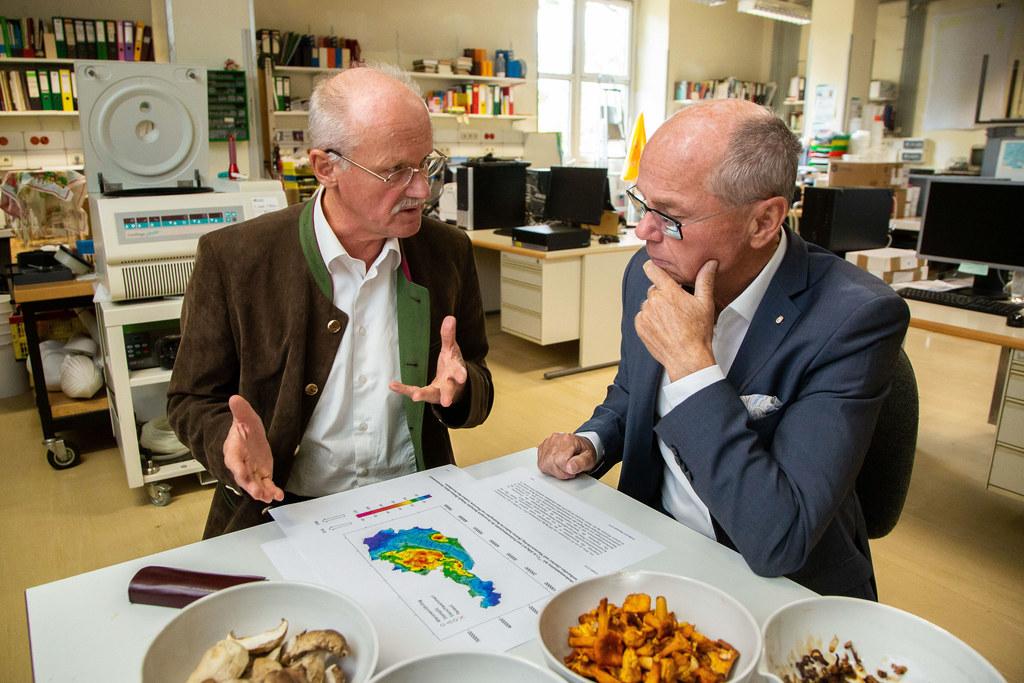 LH-Stv. Christian Stöckl informierte sich bei Laborleiter Herbert Lettner über d..