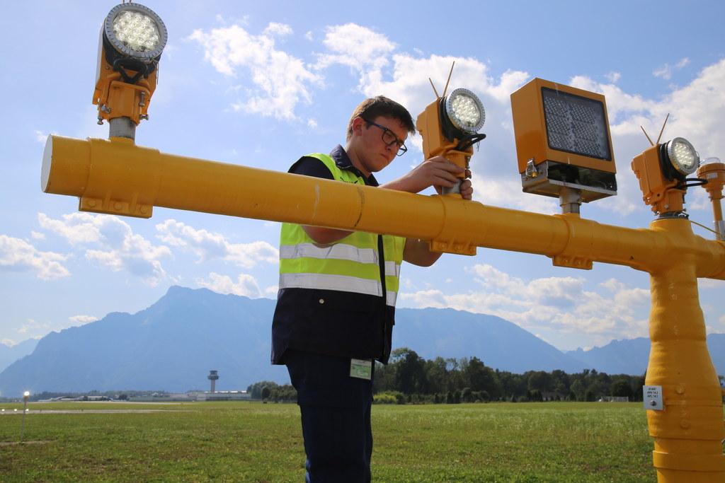 Elektrobetriebstechnik-Lehrling Felix Stiegler bei seiner Arbeit am Salzburg Air..