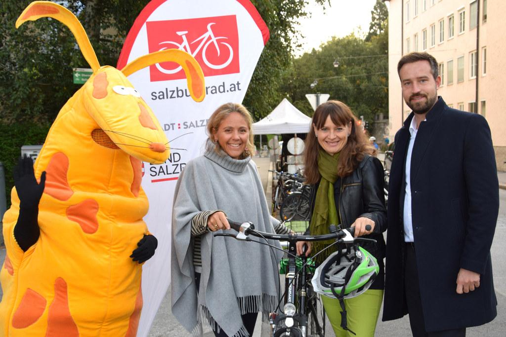 """Ein Dankeschön für Radfahrende: Maskottchen """"RespekTier"""", Vize-Bgm. Barbara Unterkofler, SR Martina Berthold und LR Stefan Schnöll."""