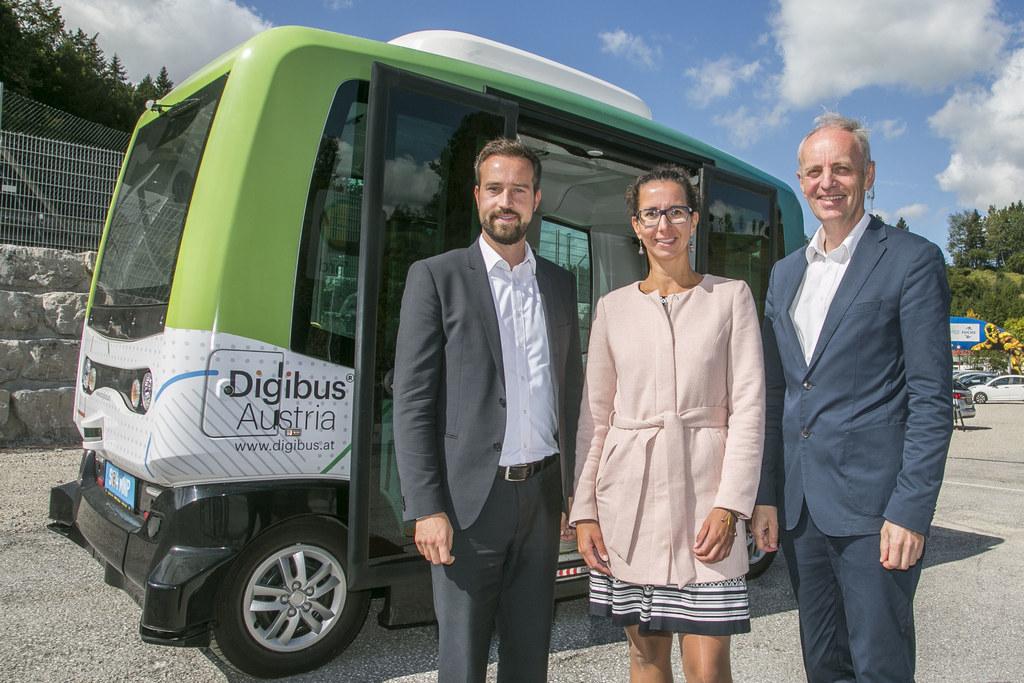 LR Stefan Schnöll mit Projektleiterin Cornelia Zankl und GF Siegfried Reich von Salzburg Research beim Digibus-Testen auf dem Salzburgring.
