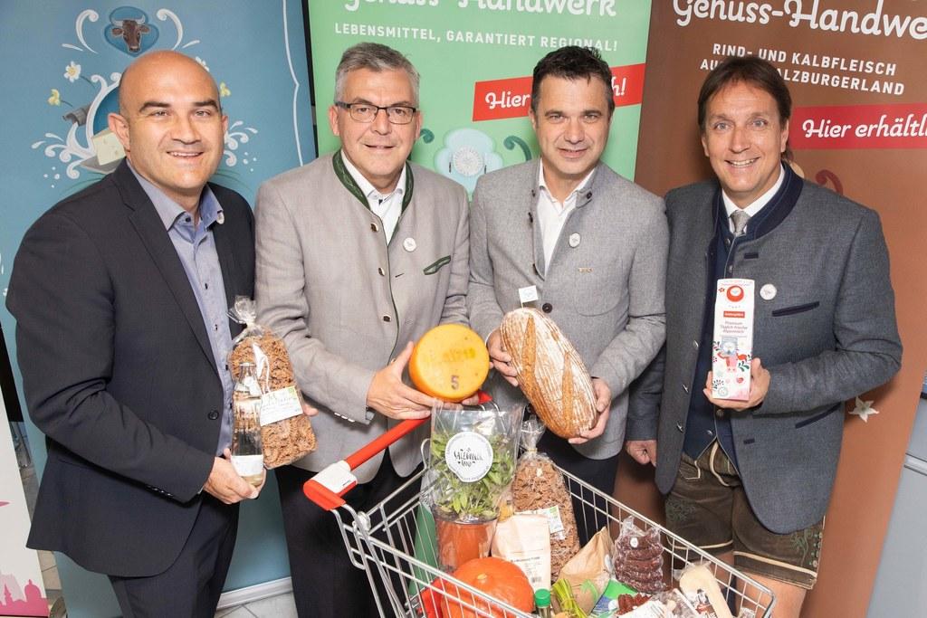 In diesen Lebensmitteln steckt garantiert das Salzburger Land drinnen. Seit hundert Tagen gibt es dafür ein eigenes Siegel, v.l. Gerald Reisecker (GF Salzburger Agrar Marketing), LR Josef Schwaiger (Obmann Sbg. Agrar Marketing), Rupert Quehenberger (Präsident LWK), Christian Leeb (GF Salzburg Milch).