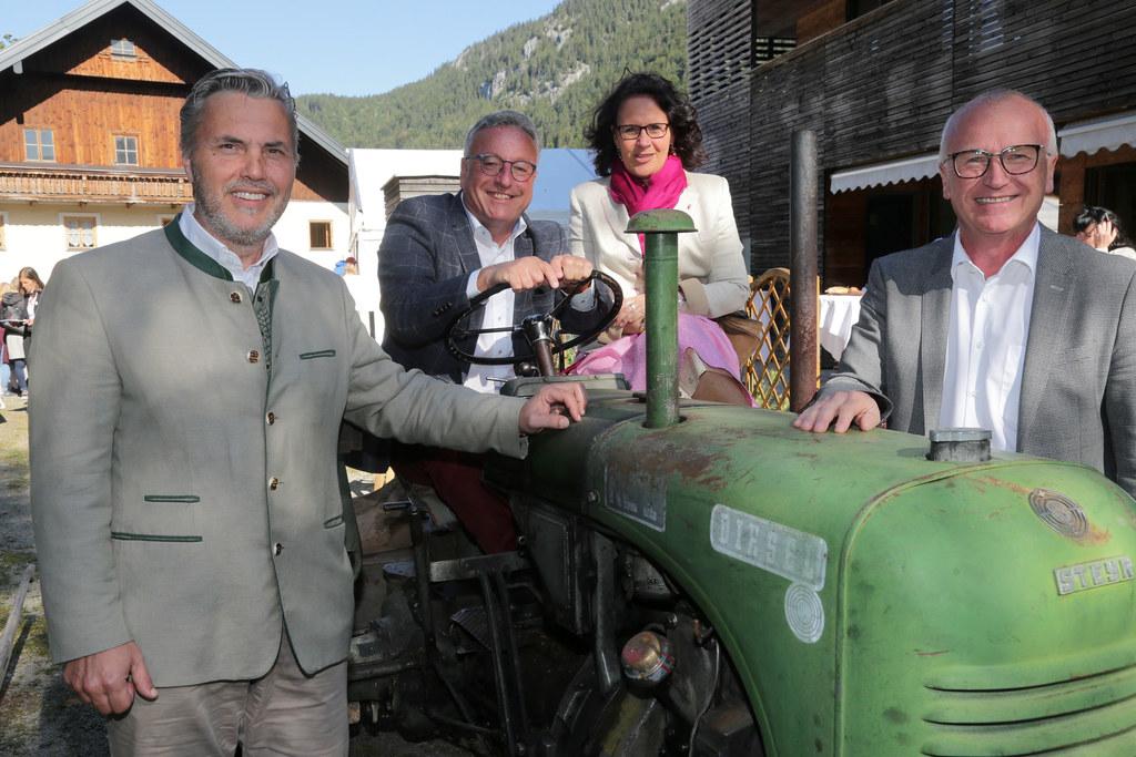 Bgm. Franz Vogl, LH-Stv. Heinrich Schellhorn, Daniela Gutschi und Caritas-Direkt..