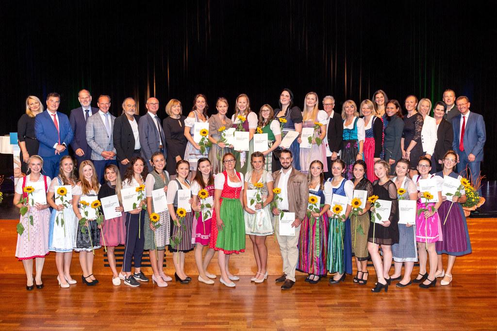 22 diplomierte Gesundheits- und Krankenpfleger freuen sich über den Abschluss ihrer dreijährigen Ausbildung am Tauernklinikum. LH-Stv. Christian Stöckl gratulierte.