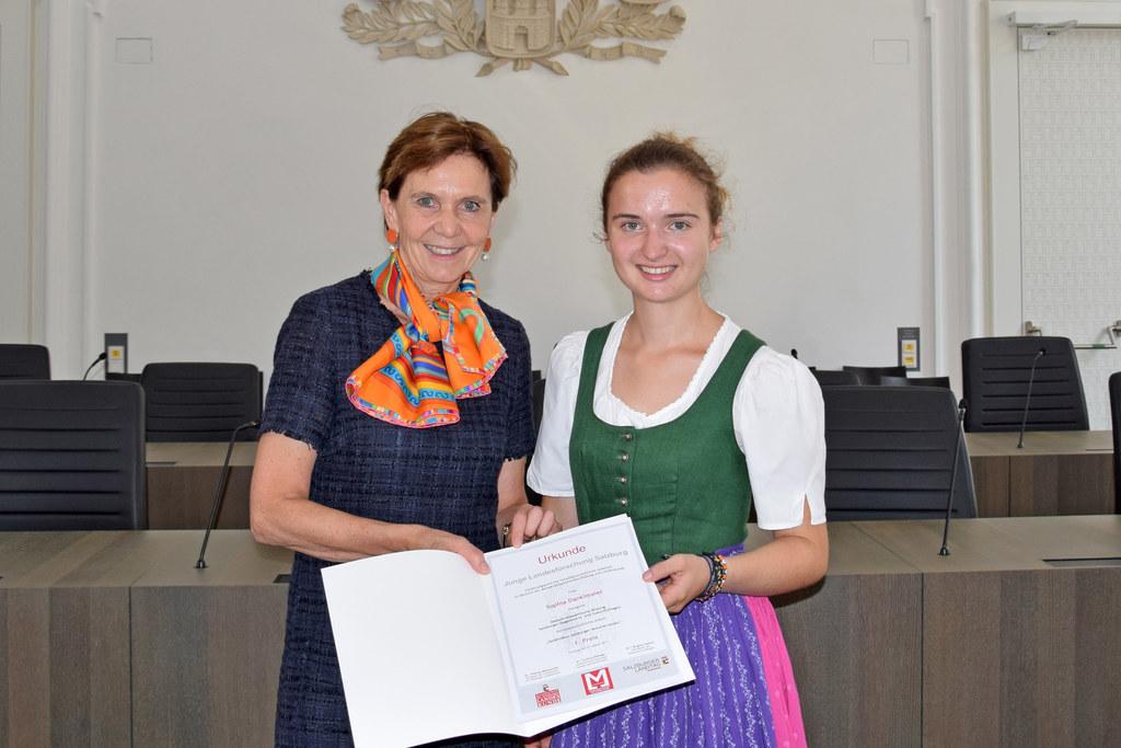 """Unter dem Titel """"Junge Landesforschung"""" werden wieder herausragende vorwissenschaftliche Arbeiten prämiert. Im Archivbild: LTP Brigitta Pallauf und Sophia Danklmaier (Preisträgerin 2019)."""