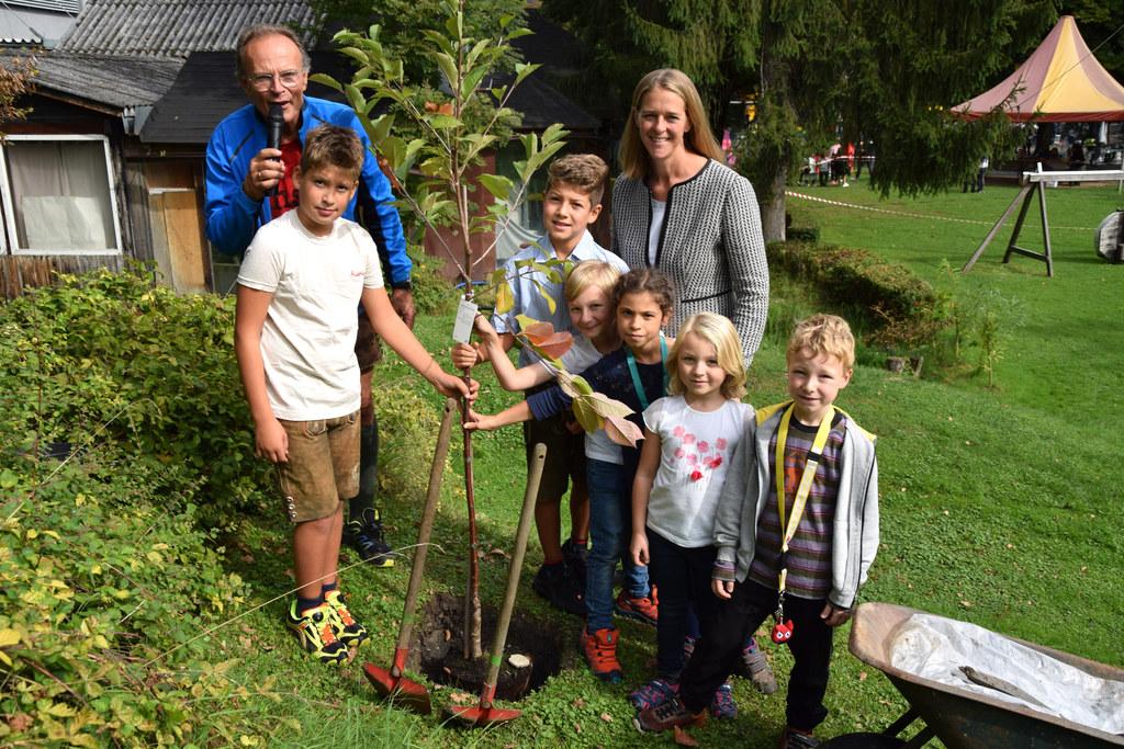 Gemeinsam mit dem Haus-der-Jugend-Leiter Heimo Weilharter und Kindern pflanzte L..