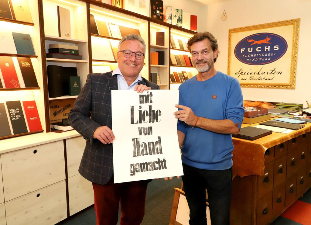 LH-Stv. Heinrich Schellhorn ließ sich von Firmeninhaber Christian Fuchs die glei..