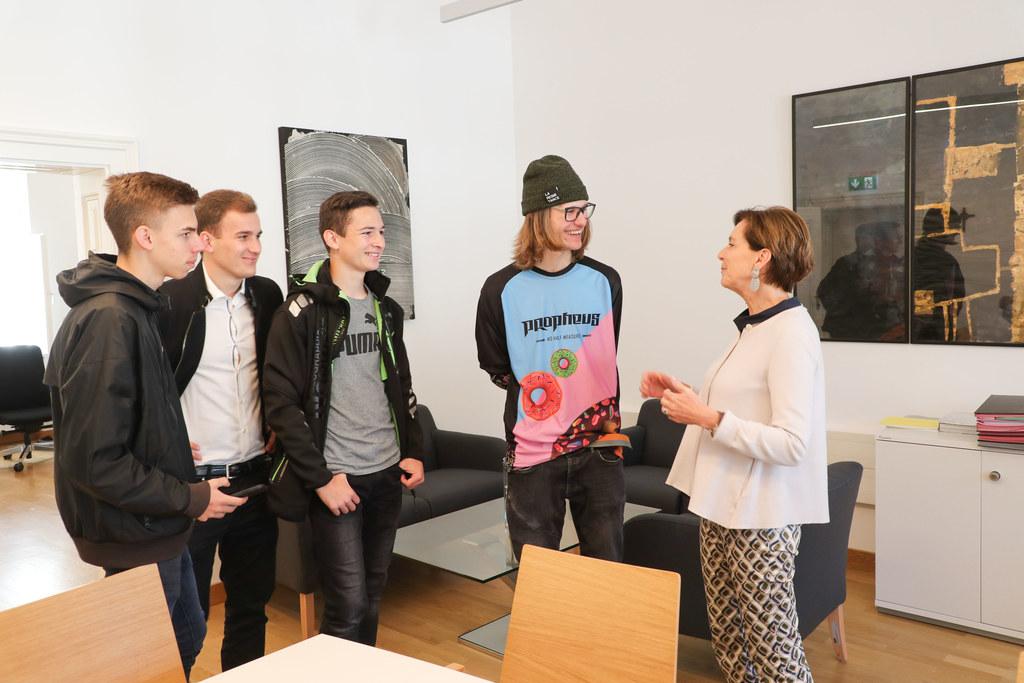 Lehrlinge bei der Schnitzeljagd im Salzburger Landtag mit LTP Birgitta Pallauf.