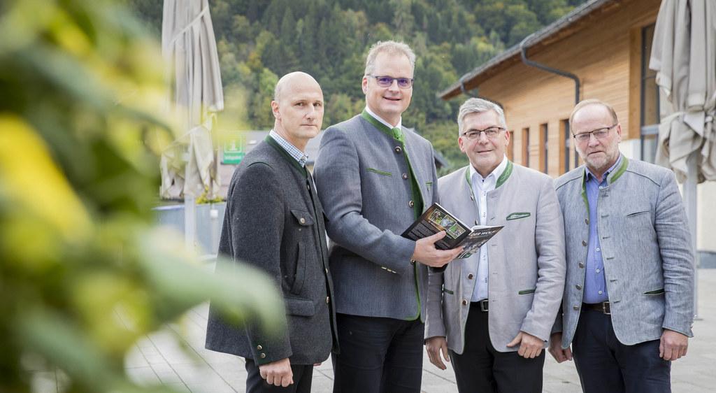 Hubert Stock (Wolfsbeauftragter des Landes), Autor Klaus Hackländer, LR Josef Schwaiger und Silvester Gfrerer (Obmann Alm- und Bergbauernverein) präsentieren die neue Wolfs-Studie.