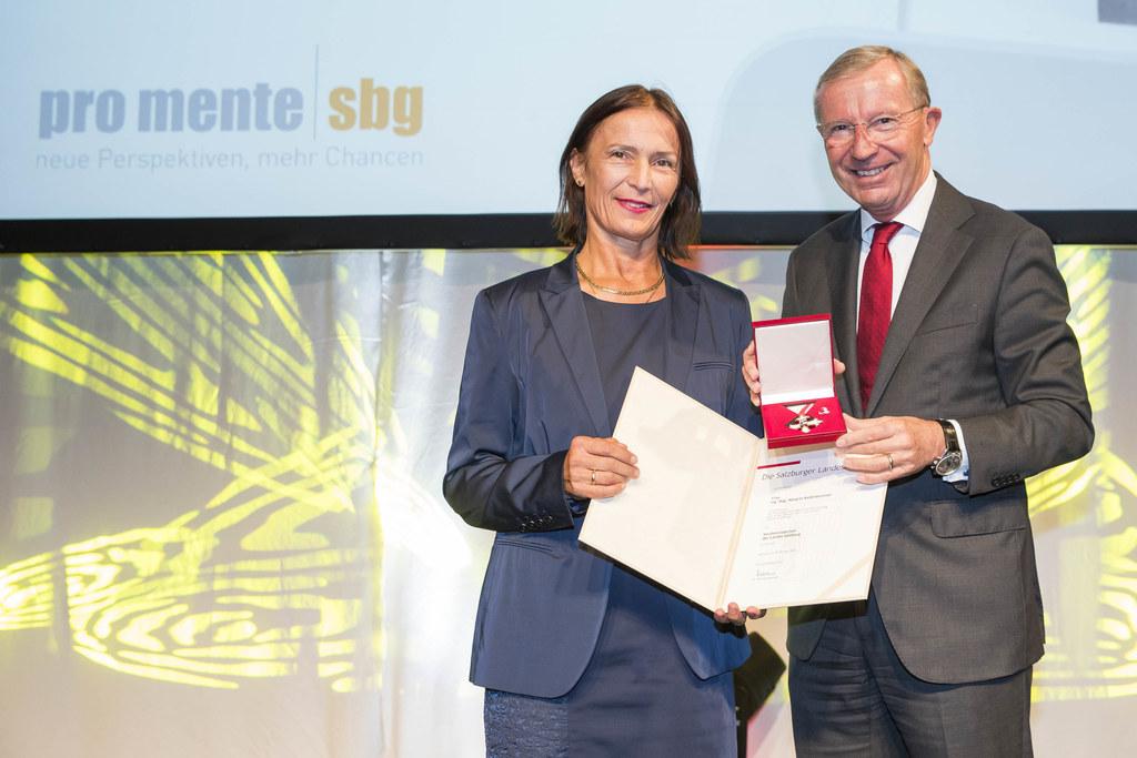 Margret Kaltenbrunner, langjährige GF von Pro Mente wurde von LH Wilfried Haslau..