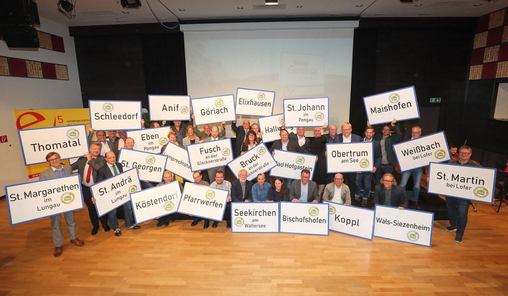 LH-Stv. Heinrich Schellhorn mit den Bürgermeistern jener 31 Gemeinden, die in ihren Kommunalbauten ohne Ölheizung auskommen.