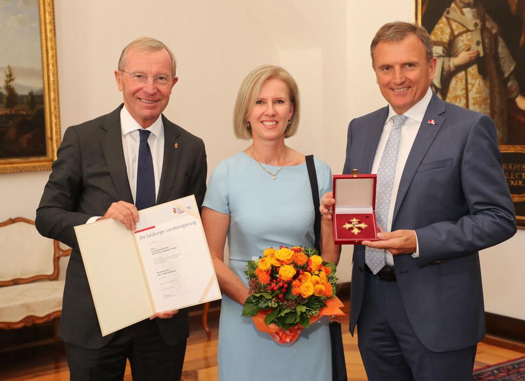 LH Wilfried Haslauer zeichnete LAD Sebastian Huber (im Bild mit Ehefrau Birgit) ..