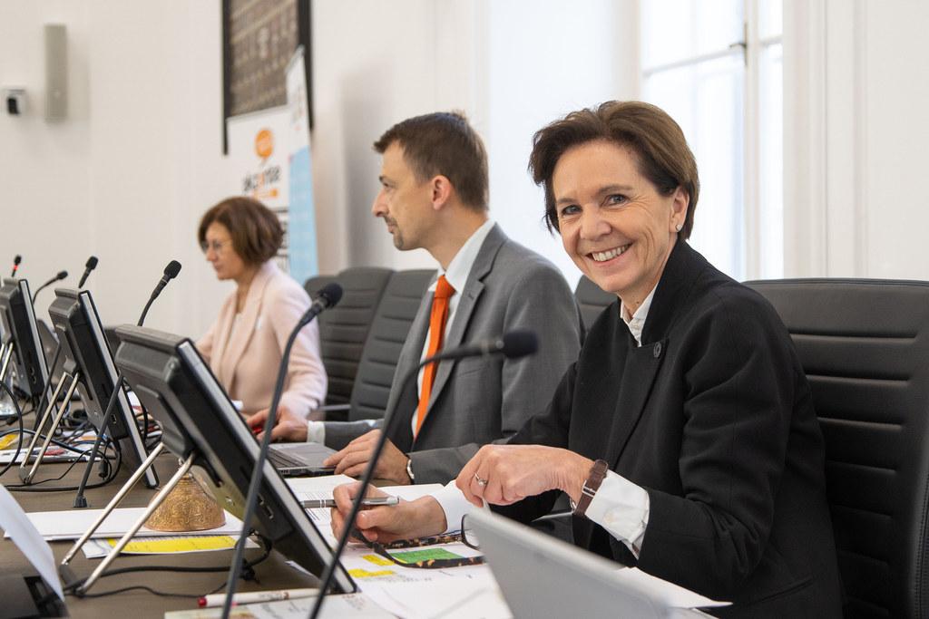 Heute finden wieder Ausschussberatungen des Salzburger Landtags statt. Im Gegensatz zu diesem Archivbild wurden die Sitzabstände vergrößert und Experten werden per Video zugeschaltet.