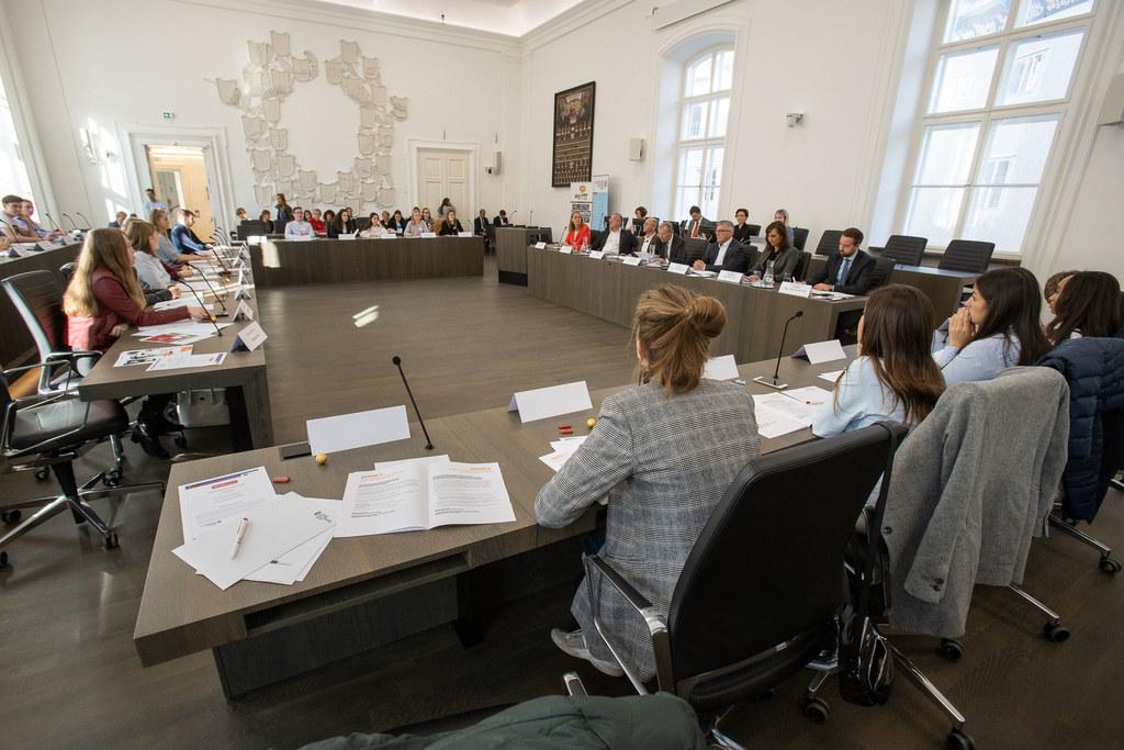 Die Regierungsmitglieder haben sich den Fragen der Abgeordneten auf Zeit im Juge..