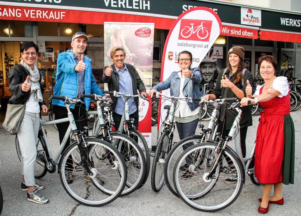 Das sind die Gewinner mit ihren neuen Fahrrädern: Elisabeth Fuchsberger aus Tams..