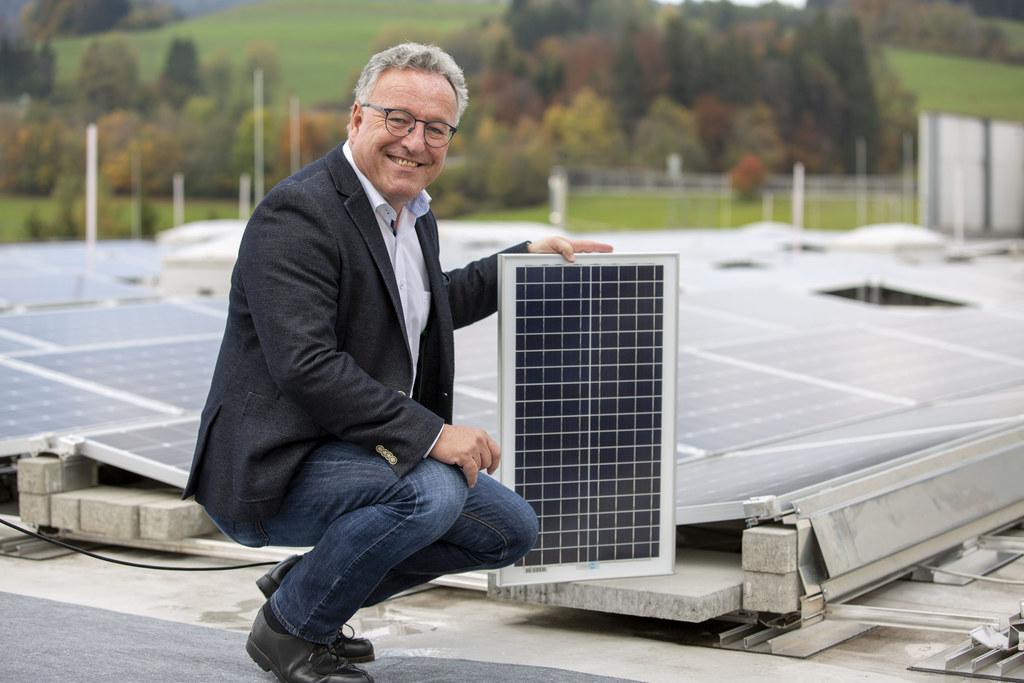 """""""Wir machen die Photovoltaik-Förderungen noch attraktiver: Die förderbare Leistung pro Anlage wird von bisher drei Kilowatt auf fünf erhöht"""", so LH-Stv. Heinrich Schellhorn, hier bei Sony in Thalgau."""