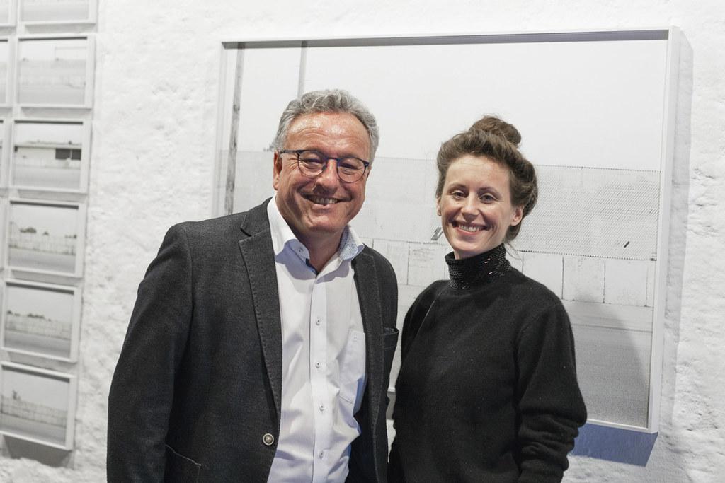 LH-Stv. Heinrich Schellhorn und Künstlerin Sira-Zoé Schmid bei der Ausstellungseröffnung.