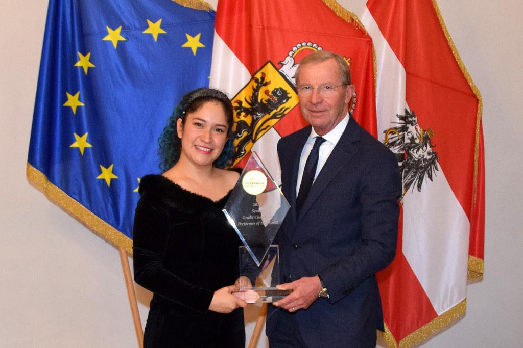 Zum Besuch bei LH Wilfried Haslauer im Chiemseehof brachte Karina Benalcázar ihre Sieges-Trophäe mit.