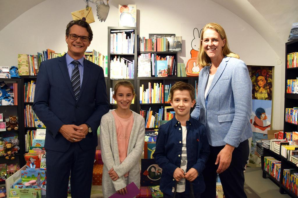 Sarah Quehenberger (12) und Leon Oberauer (8) aus Annaberg sind die Lesesommer-Gewinner. Horst Ebner (Vorstand Salzburg AG) und LR Andrea Klambauer übergaben die Hauptpreise in der Buchhandlung Stierle.