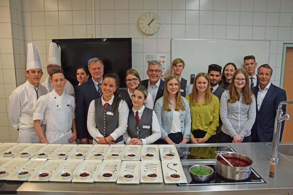 Lehrlinge kochen für Lehrlinge in der LBS Obertrum, im Bild LR Josef Schwaiger (..