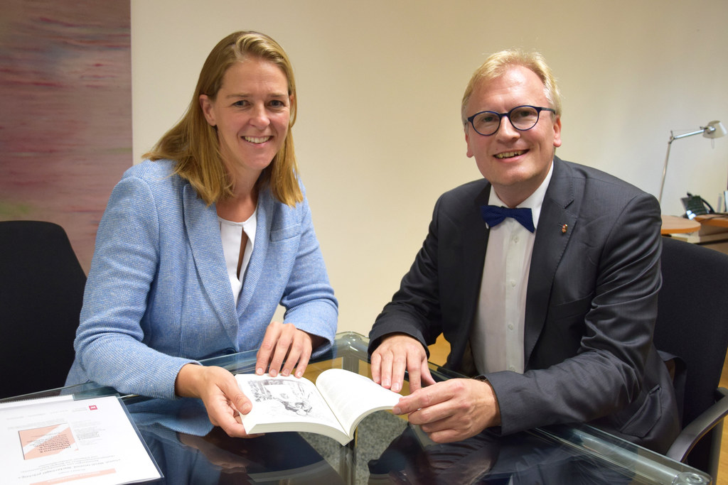 LR Andrea Klambauer und Michael J. Greger, der Leiter des Salzburger Landesinsti..