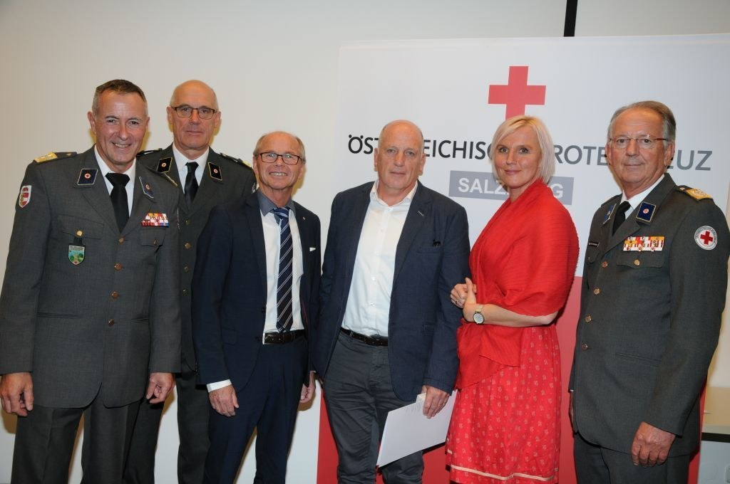 LH-Stv. Christian Stöckl (3.v.l) mit Vertretern des Roten Kreuzes und einem der ..
