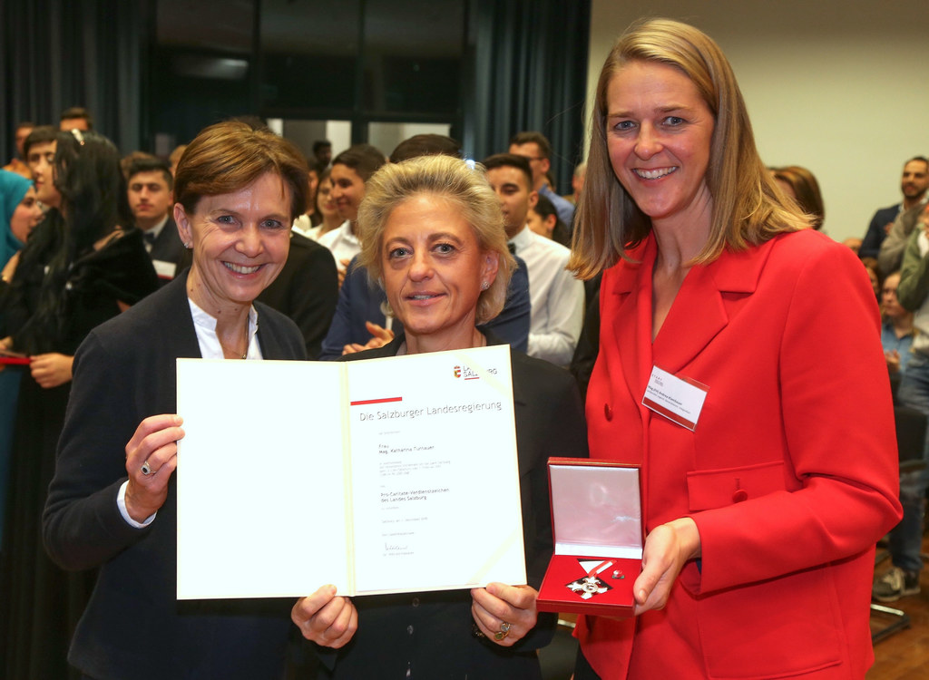 LTP Brigitta Pallauf und LR Andrea Klambauer verliehen das Pro Caritate Verdiens..
