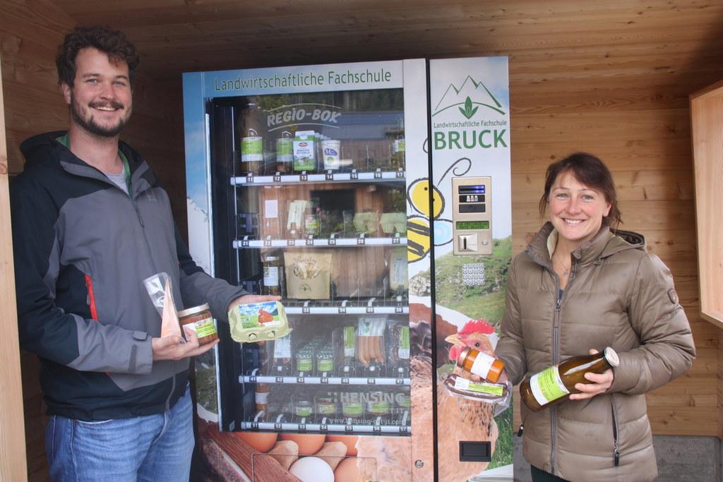 Rupert Gruber ist als Konsument begeistert vom Angebot im Lebensmittelautomat. M..