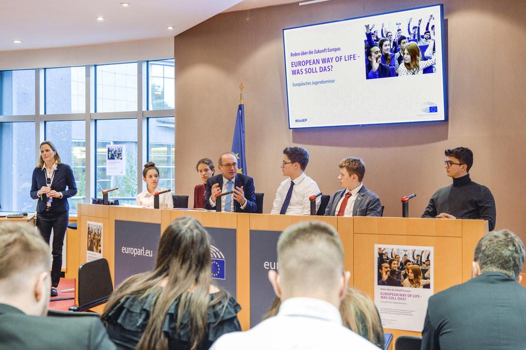 Schüler der HAK Hallein debattierten mit dem Vizepräsidenten des Europäischen Pa..