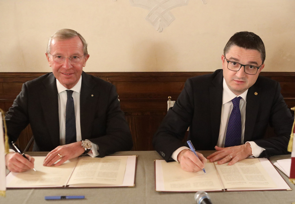 LH Wilfried Haslauer und Präsident Maurizio Fugatti unterzeichneten die Absichts..