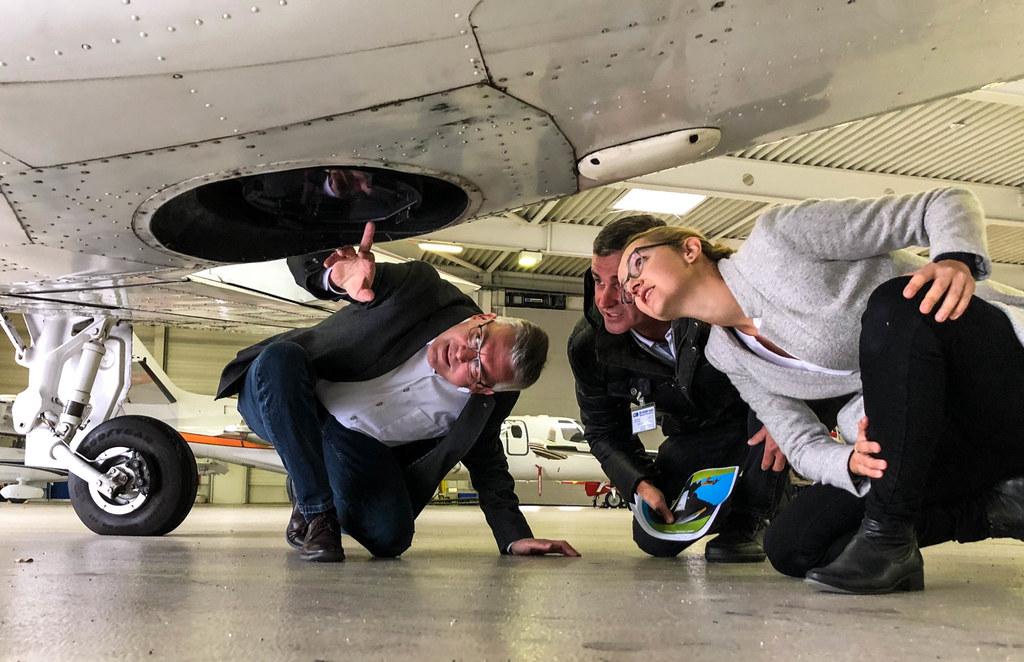 High-Tech: LR Josef Schwaiger und Victoria Achatz von SAGIS nahmen mit Vermesser Ingo Krank das Spezialflugzeug genau unter die Lupe.