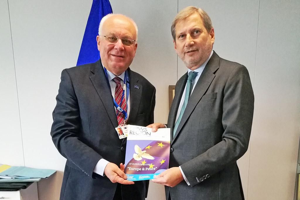 Salzburgs AdR-Mitglied Franz Schausberger und EU-Kommissar Johannes Hahn spreche..