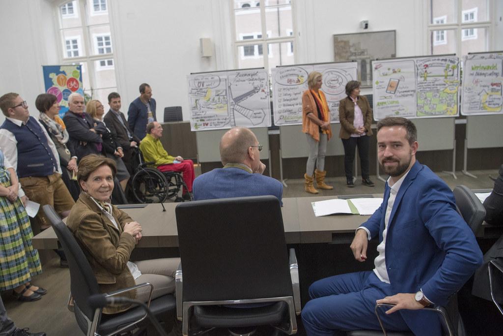 Bürgerrat-Teilnehmer präsentieren im Chiemseehof LTP Brigitta Pallauf und LR Ste..