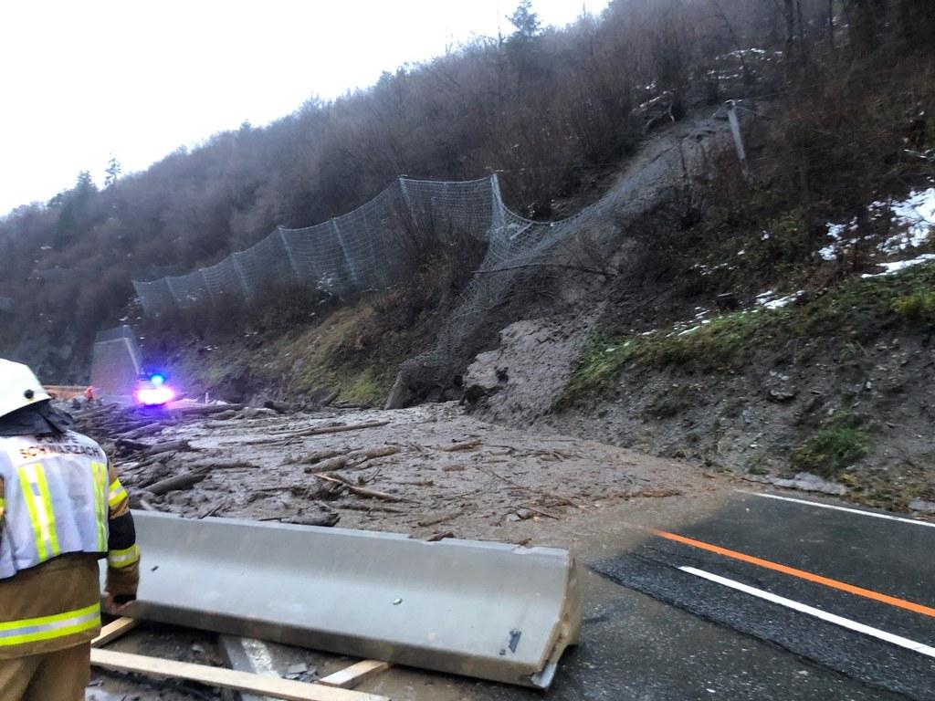 In den südlichen Teilen des Landes haben heftige Regenfälle zu Murenabgängen und..
