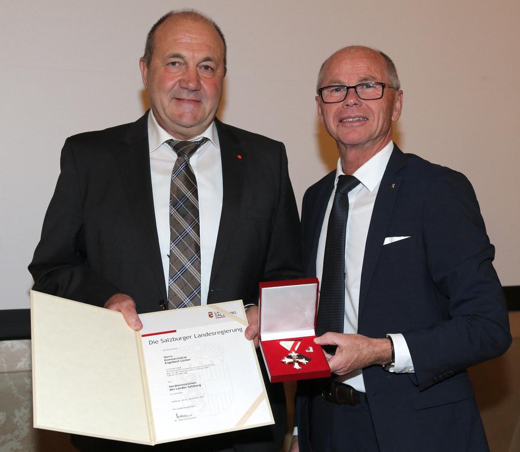 KR Engelbert Löcker wurde von LH-Stv. Christian Stöckl mit dem Verdienstzeichen ..