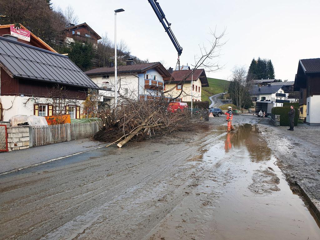 Die Aufräumarbeiten nach den Murenabgängen wurden heute wie hier in Bruck an der Großglocknerstraße fortgesetzt.